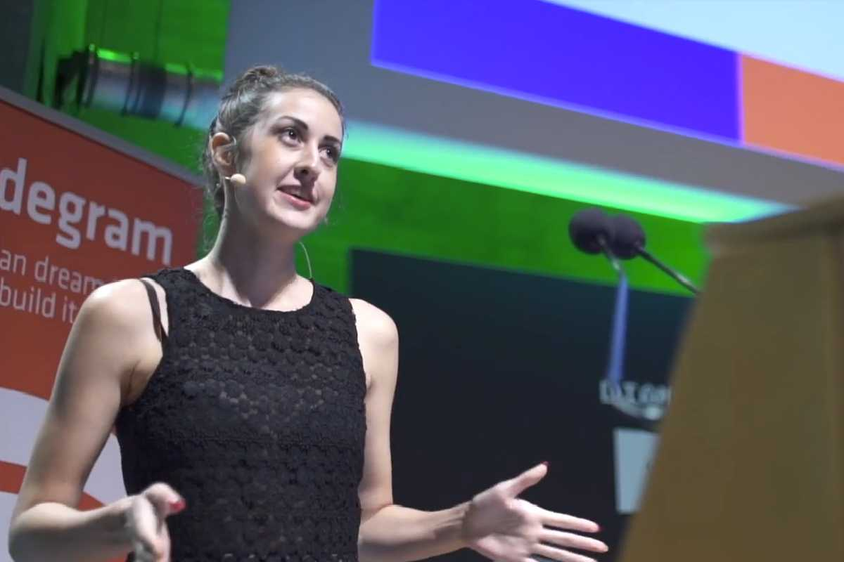 Tara Vancil presented the experimental browser Beaker. Its purpose is to offer a version of the internet that is not based on the protocol HTTP, but on a peer-to-peer alternative called DAT.